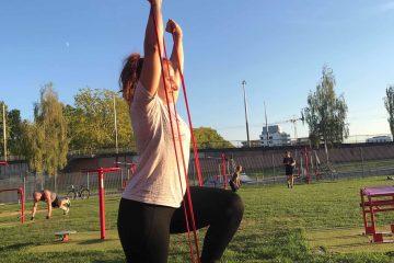 Photo Street Workout - Travail des bras avec élastique